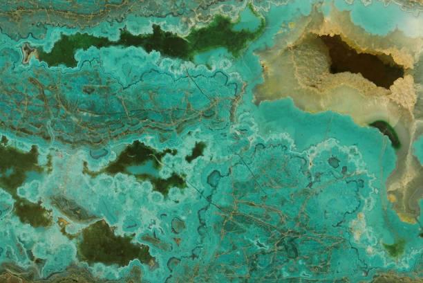 nahaufnahme des grünen malachit mit gelben loch - malachit stock-fotos und bilder