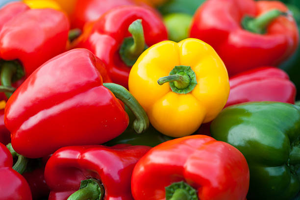 close-up of green, red and orange bell peppers - pimento - fotografias e filmes do acervo