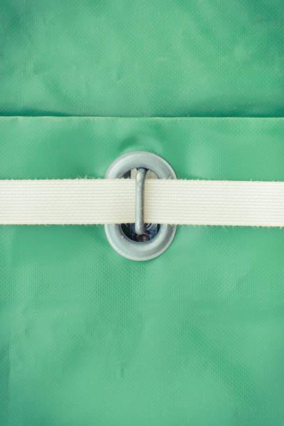 Nahaufnahme der grünen Plane aus wasserdichtem Material mit Seil als Detail des LKW – Foto