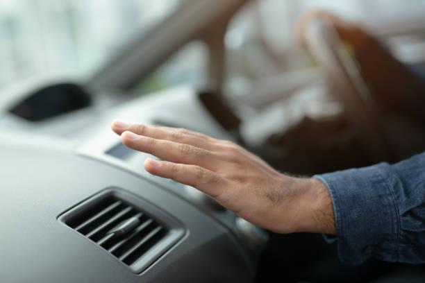 närbild av hand föraren man kontrollerar justera luft från konditionering kylsystemet med flöde av kall luft i bilen. lämna utrymme för att skriva text. - kvinna ventilationssystem bildbanksfoton och bilder