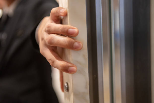 Nahaufnahme der Hand hält Aufzugstür – Foto