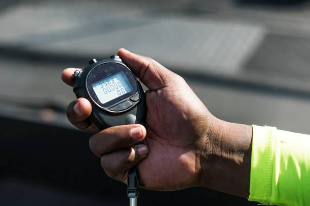 gros plan de la main tenant le chronomètre - chrono sport photos et images de collection