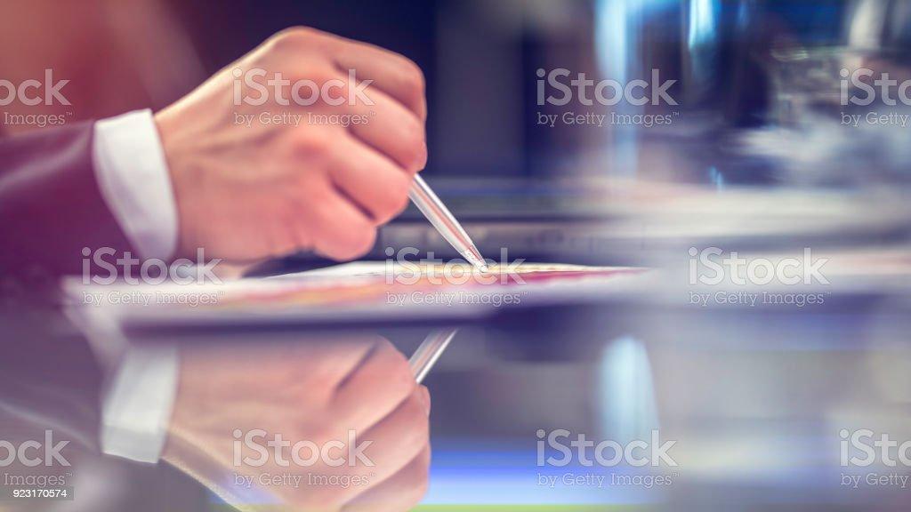 Close-up de mão, caneta, papel - foto de acervo