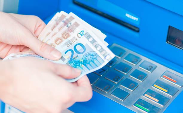 nahaufnahme der hände zählen euro-scheine aus dem atm. - europäische währung stock-fotos und bilder