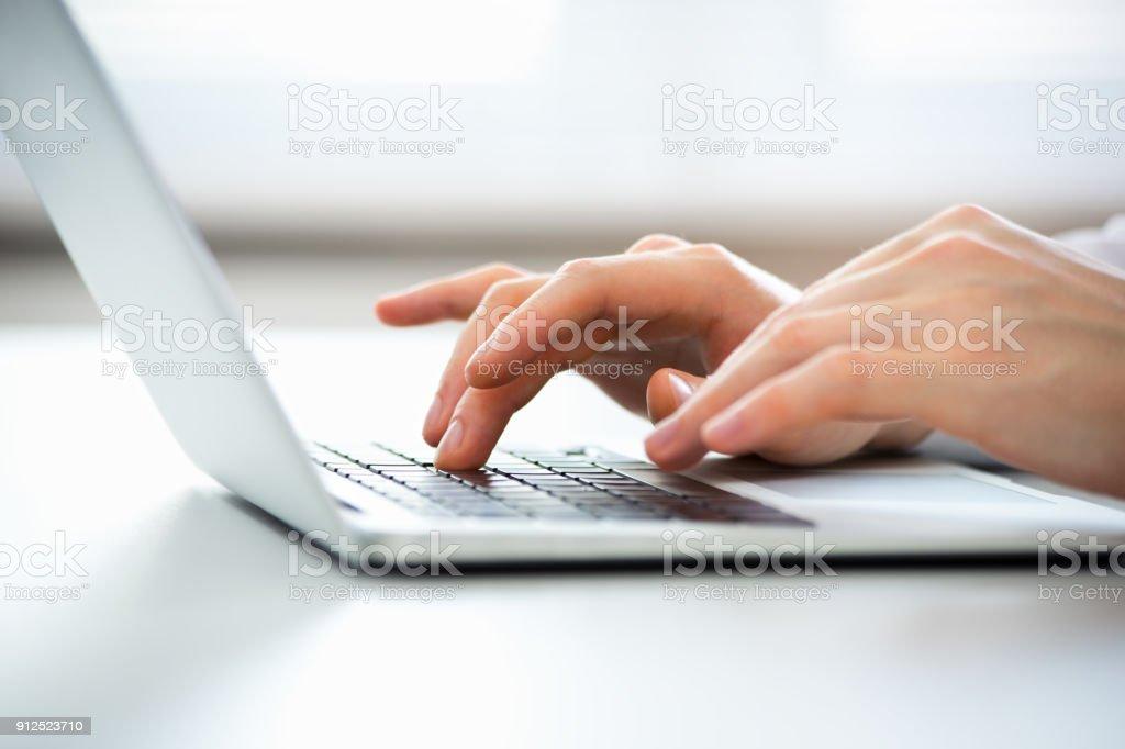 Nahaufnahme der Hände der Geschäftsmann auf einem Laptop tippen. – Foto