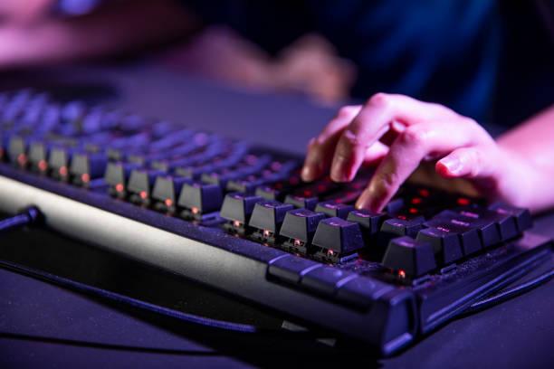 キーボード上の手のクローズ アップ - コンピュータキーボード ストックフォトと画像