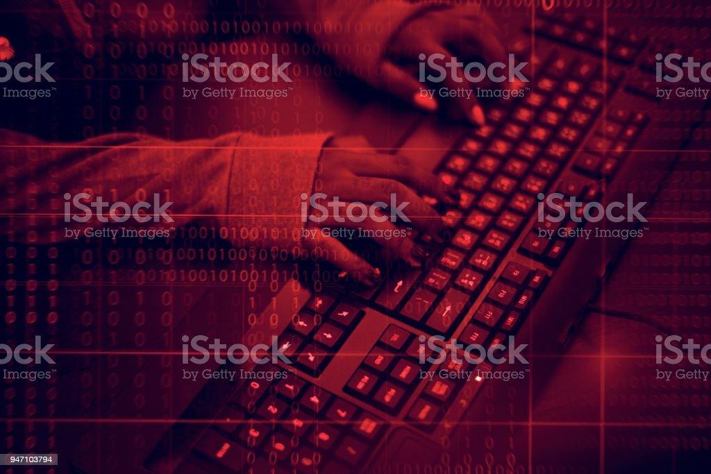 Nahaufnahme der Hände arbeiten am Computer-Tastatur – Foto