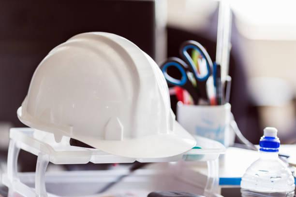 Nahaufnahme des Hardhat-Modells auf dem Tisch im Büro – Foto