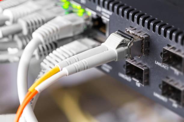 Nahaufnahme von high-Speed Glasfaser-Netzwerk-Switches und Kabel im Rechenzentrum – Foto
