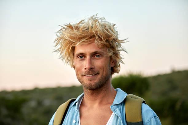 Nahaufnahme des Wanderers mit unordentlichen Haaren – Foto