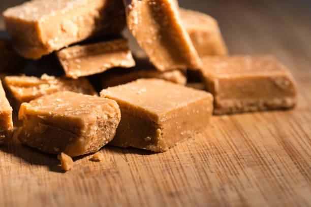close-up van zelfgemaakte zachte toffee in een keuken - fudge stockfoto's en -beelden