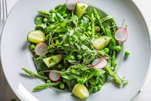 nahaufnahme der hausgemachte vegetarische salat mit gemüse-mix - radieschen salat stock-fotos und bilder