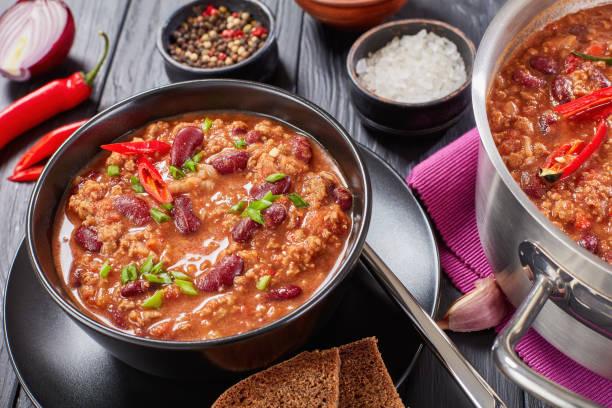 nahaufnahme von hot chili con carne - gemüseauflauf mit hackfleisch stock-fotos und bilder