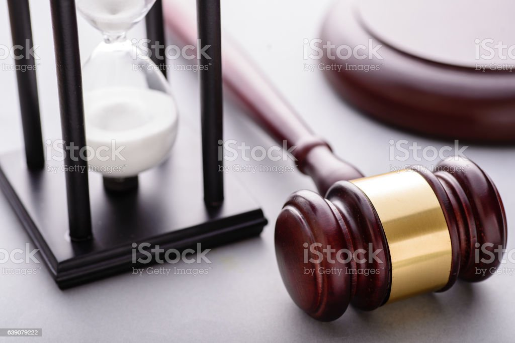 Close-up of hourglass and wooden auction gavel – Foto