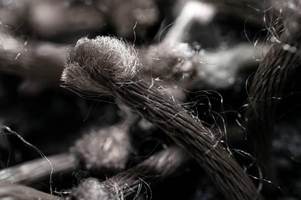 gros plan du complexe fibre synthétique gris tissé en spirale - fibre photos et images de collection