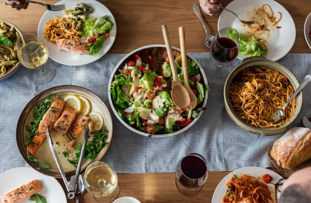 nahaufnahme von italienisches abendessen - spaghetti mit lachs stock-fotos und bilder