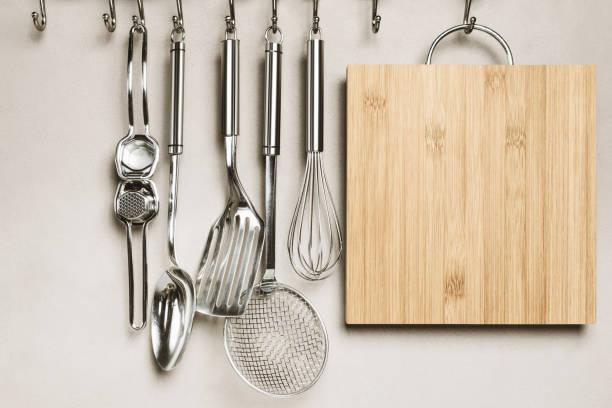 close-up van keuken artikelen, muur op achtergrond - keukengereedschap stockfoto's en -beelden