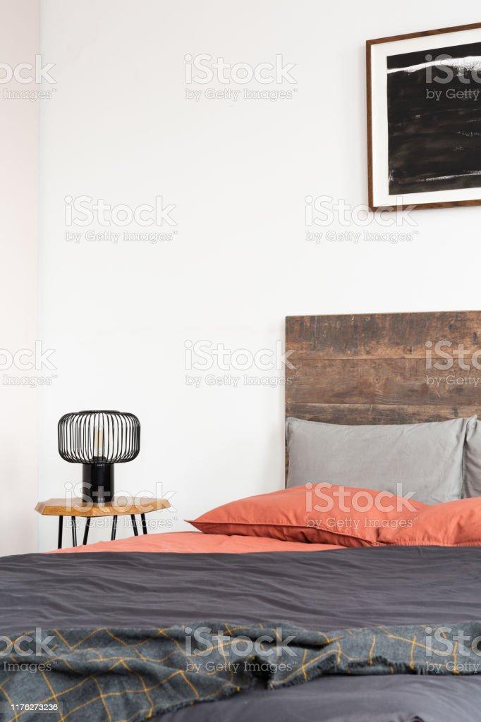Nahaufnahme Der Lampe Auf Holz Nachttisch Und Schwarzes ...