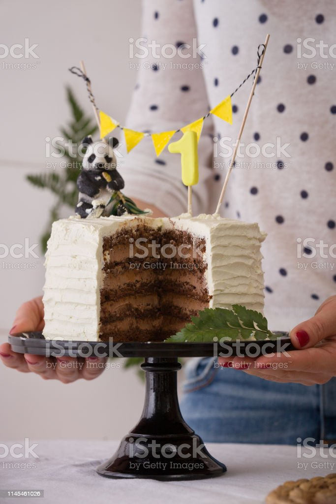 Cierre De Gran Torta Blanca En Manos De Chicas Delicia