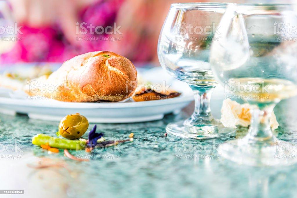 Gros plan des restes dans le restaurant en bord de table avec des verres de rhum whisky petit verre de cognac et surface sale sale, pain photo libre de droits