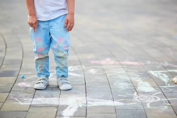 close-up van little boy's broek gekleurd met krijtjes - mini amusementpark stockfoto's en -beelden