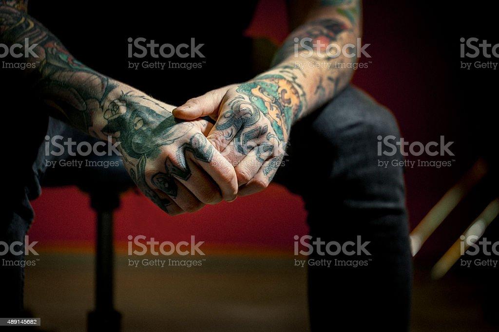 Nahaufnahme der Liebe und edle tattoos auf den Händen – Foto