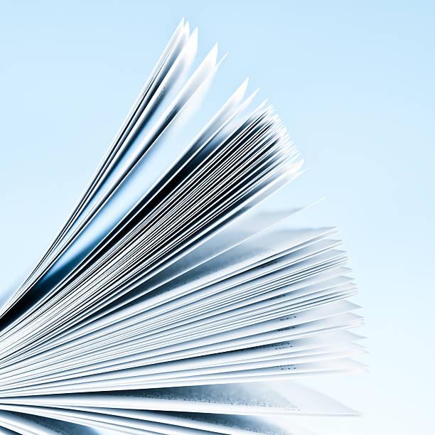 gros plan du magazine pages sur fond bleu clair - page livre photos et images de collection
