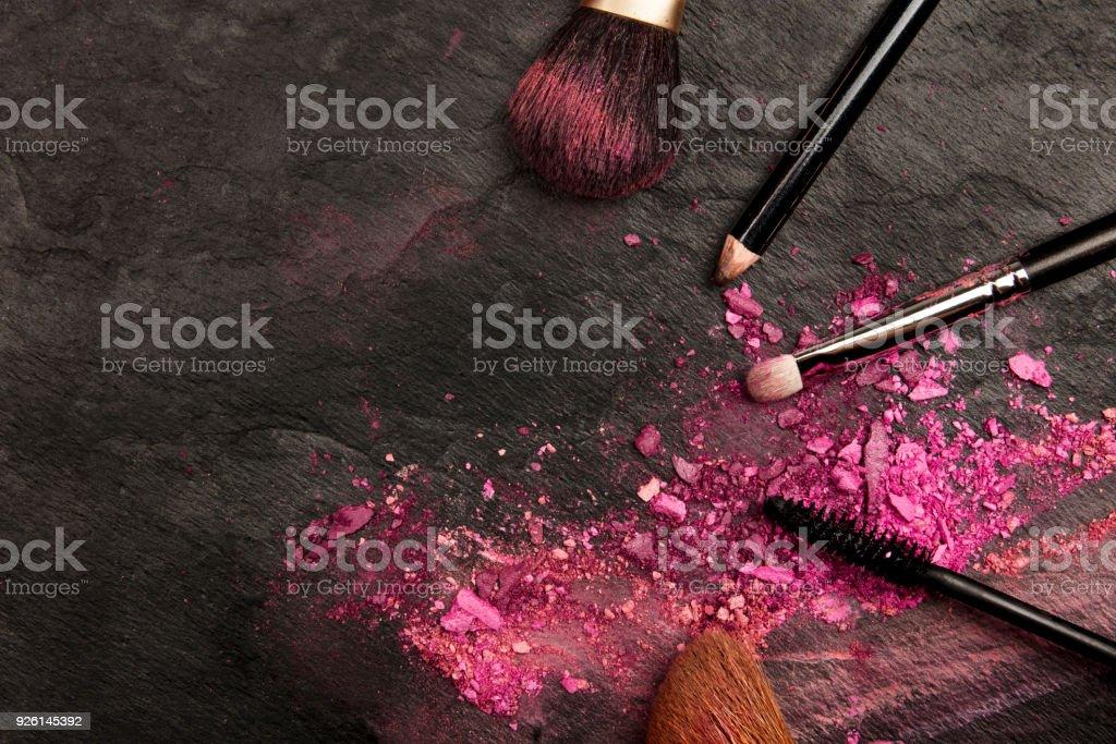 nahaufnahme von makeup pinsel mit lidschatten auf schwarz. Black Bedroom Furniture Sets. Home Design Ideas
