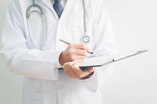 Nahaufnahme der männlichen Arzt im medizinischen Formular ausgefüllt – Foto