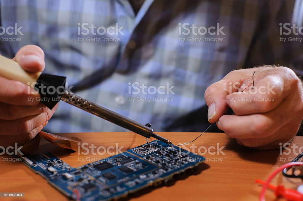 Closeup of male hands with soldering tool photo libre de droits