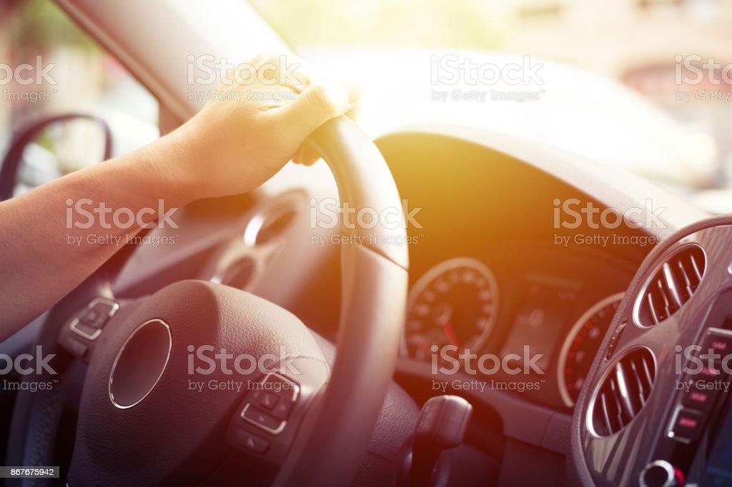 Nahaufnahme der Mann fahren eine Auto Hand am Lenkrad – Foto