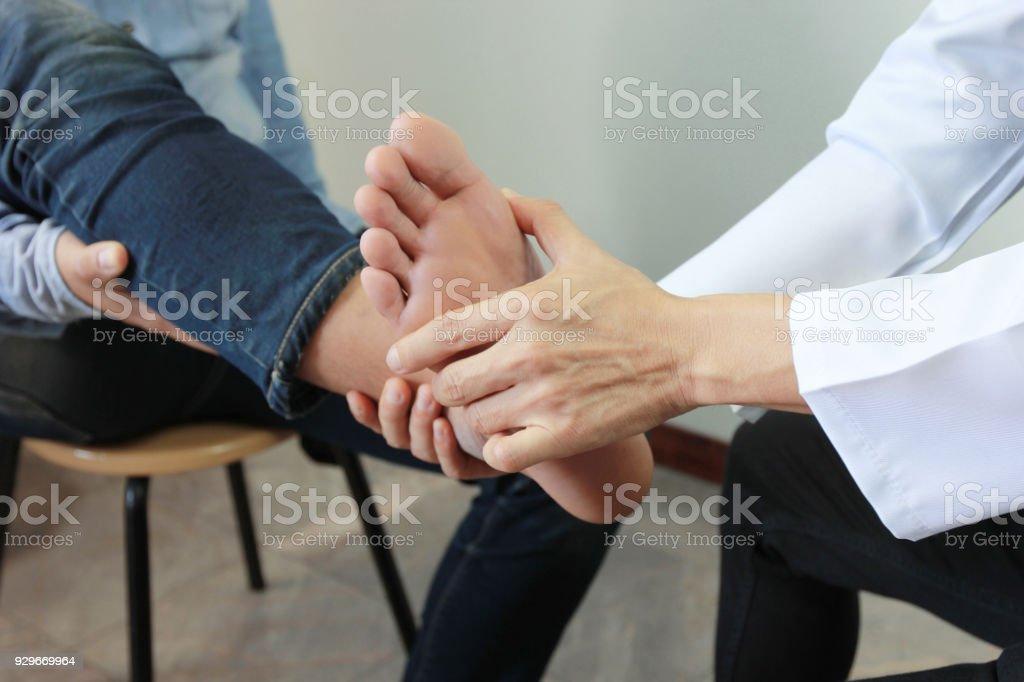 Nahaufnahme des Menschen Schmerz empfinden in ihrem Fuß und Doktor der Traumatologe untersucht oder Behandlung auf weißem Hintergrund, gesundes Konzept - Lizenzfrei Arzt Stock-Foto