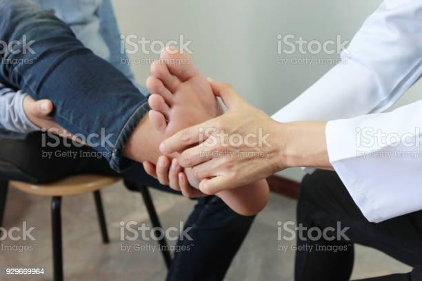 Nahaufnahme Des Menschen Schmerz Empfinden In Ihrem Fuß Und Doktor Der Traumatologe Untersucht Oder Behandlung Auf Weißem Hintergrund Gesundes Konzept Stockfoto und mehr Bilder von Arzt