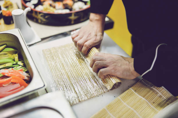 Nahaufnahme des Mannes, die Zubereitung von Sushi – Foto