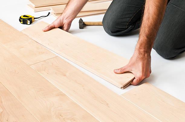 Nahaufnahme eines Mannes, putting Holzboden Einsätze, floorboards – Foto