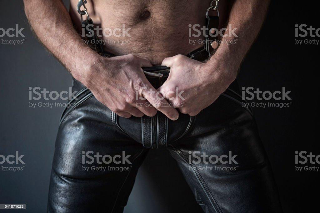 Nahaufnahme der Mann Bowls schwarze Lederhose – Foto