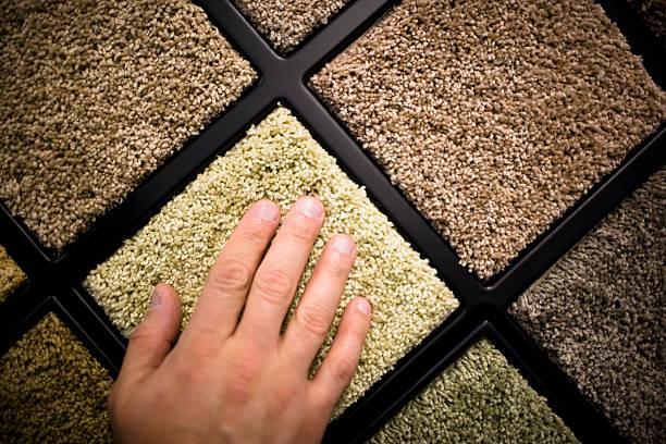 Nahaufnahme eines Mannes hand Gefühl der Teppich Proben – Foto