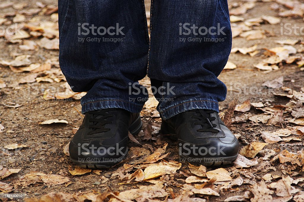 Primer Plano De Un Hombre Piernas En Jeans Y Botas Negras