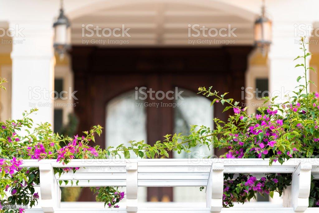 Primer Plano De Mansión Entrada Balcón Terraza Barandilla
