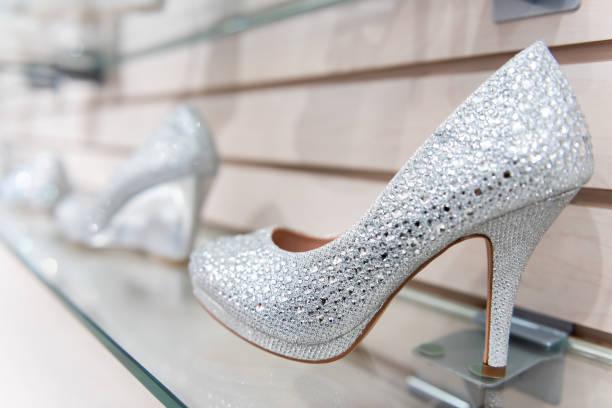 nahaufnahme von vielen glänzenden hochzeit, stil hochhackige schuhe regal verziert mit kristallen, perlen, verzierungen auf einzelhandel im shop, shop, shopping-mall - glitzer absätze stock-fotos und bilder