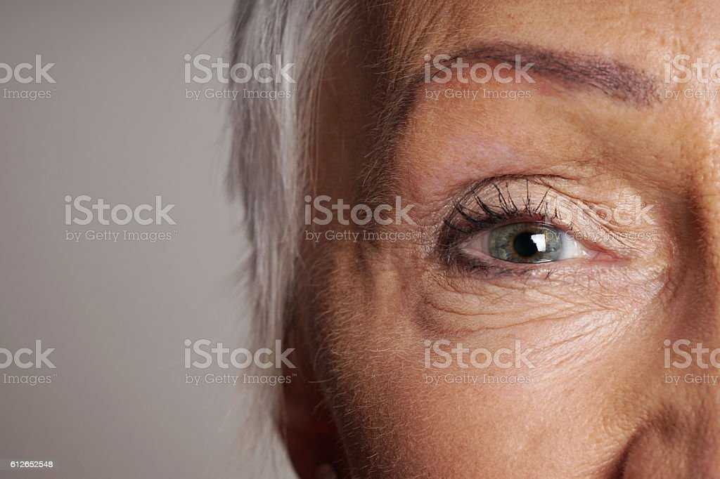 close-up of mature woman with green eyes – Foto