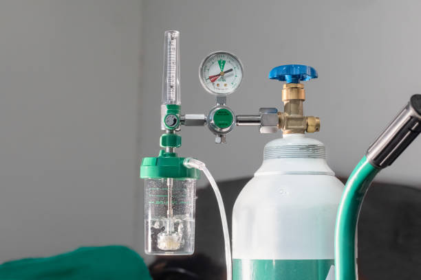 Die Nahaufnahme des medizinischen Sauerstoffstrommessers zeigt einen niedrigen Sauerstoff oder einen fast leeren Tank – Foto