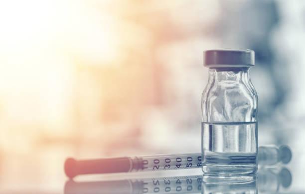 在老式醫學背景、藥物和藥物概念上, 用注射器和針頭進行免疫接種的藥瓶或流感、麻疹疫苗瓶特寫鏡頭 - vaccine 個照片及圖片檔