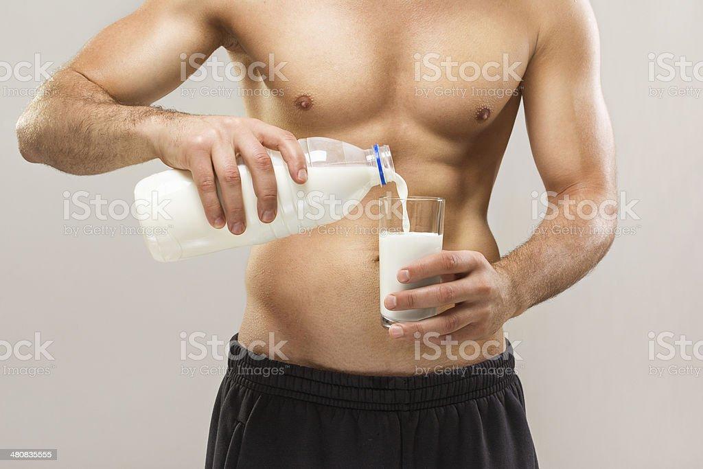 Verter la leche en primer plano de hombre - Foto de stock de Leche libre de derechos