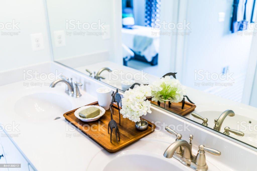 Closeup da moderna casa de banho dele e ela afunda-se com o branco da bancada e espelho em casa preparo modelo, casa ou apartamento - foto de acervo