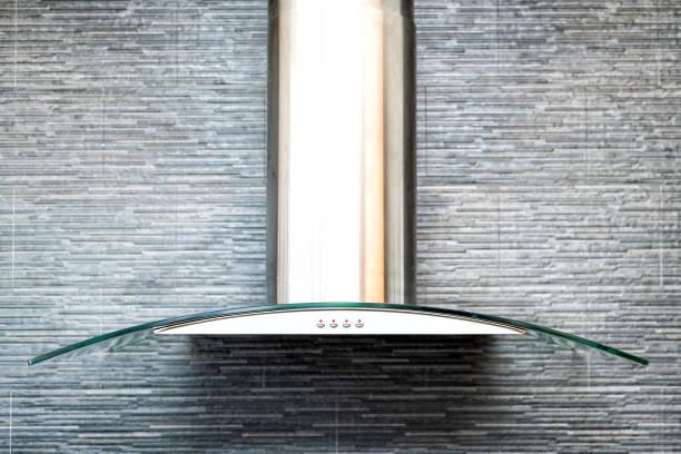 closeup de exaustor de cozinha moderna acima elétrico, gás, fogão, contemporânea pedra, telhas, revestimento de parede, backsplash de azulejos - capuz - fotografias e filmes do acervo