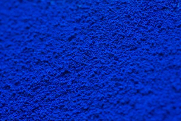 Gros plan de la poudre de pigment bleu monochrome - Photo