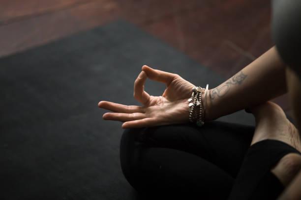 nahaufnahme der mudra-geste, aufgeführt mit jungen weiblichen fingern, s - buddhist tattoos stock-fotos und bilder