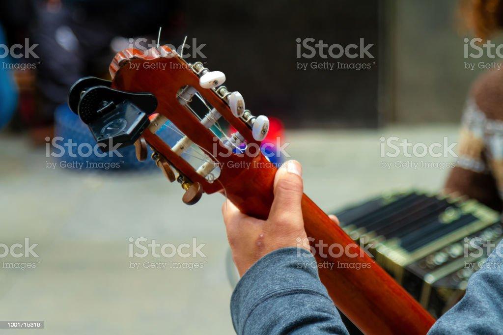 Primer plano del cuello de la guitarra con bandoneón de fondo - foto de stock