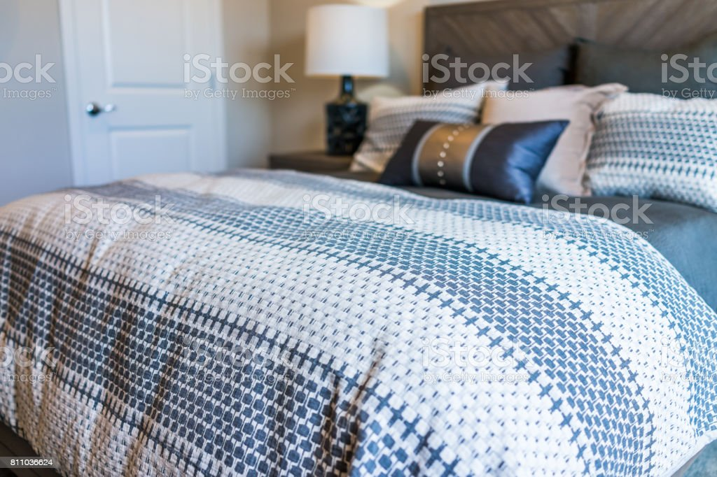 Close-up do edredom de cama com almofadas decorativas no quarto foto royalty-free